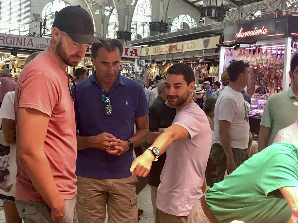 Las clases en contextos reales y cotidianos ayudan a afianzar conocimientos y adquirir fluidez, como lo hicieron en esta salida al mercado central de Valencia.